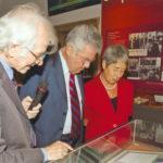 Vormaliger Bundespräsident Dr. Heinz Fischer u. Gattin Margit bewundern das Original der 1936 an Dr. Victor F. Hess für seine Entdeckung der Kosmischen Strahlung verliehenen Nobelpreisurkunde für Physik